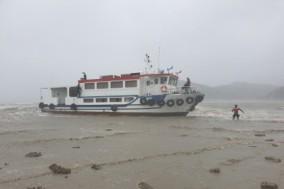 태풍에 좌주된 정박 여객선 긴급 구난 조치